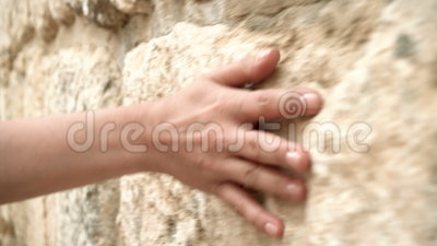 Рука ` s женщины двигая над старой каменной стеной Сползать вперед Чувственный касаться Трудная каменная поверхность сток-видео