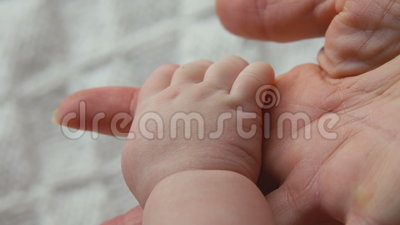 Рука ` s младенца в руке взрослого видеоматериал