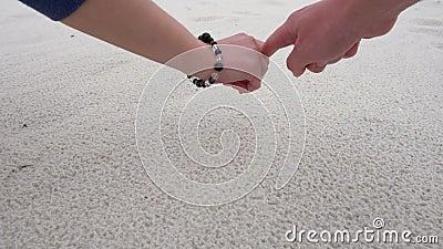 Руки женщины и мужчины красят символ сердца на песке пляжа пляж florida pensacola акции видеоматериалы