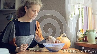 Руки женщин очищают высушенные фасоли сток-видео
