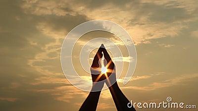 Руки и солнце видеоматериал