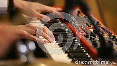 Руки музыканта на клавиатуре клавиатуры рояля Реальное содержание музыки души Черно-белый ключ Звук игры, хорда видеоматериал