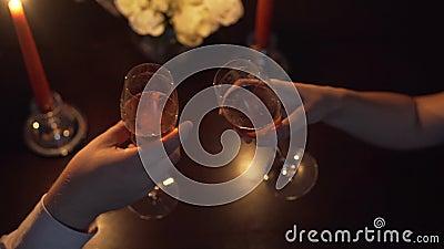 Руки укомплектовывают личным составом и женщина которые clink стекла с шампанским красный цвет поднял делать предложение руки и с сток-видео