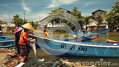 Рыбацкие лодки плавая в реке в Cilacap, Ява, Индонезии сток-видео