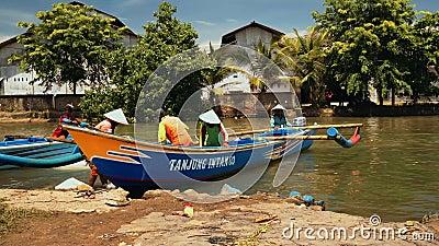 Рыбацкие лодки причалили на речном береге в Cilacap, Ява, Индонезии сток-видео