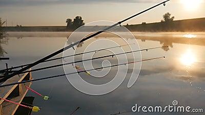 Рыболовный каток на закатной реке Рыболовный каток на фоне утреннего неба Туман над прудом сток-видео