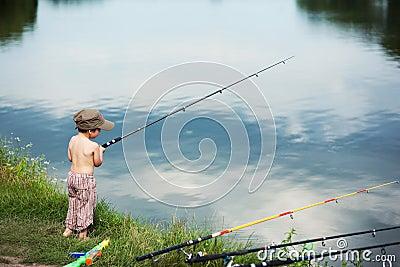 рыболовство мальчика