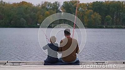 Рыбы отца и сына на озере акции видеоматериалы
