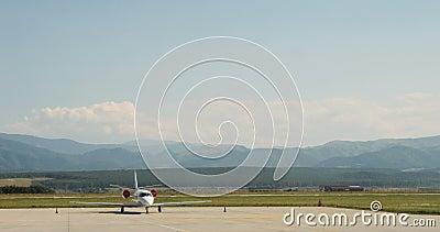 Самолет перемещения реактивного самолета авиации общего назначения частный ждать на гудронированном шоссе сток-видео