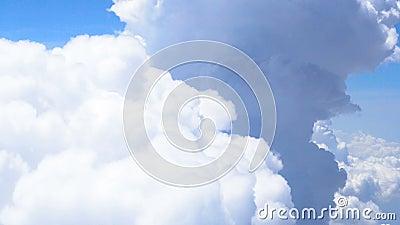 Самолет проходя большие белые луковичные облака в небе, мечте приходит верно, globetrotter сток-видео