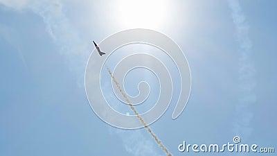 Самолет Су-35 летает в космос, как ракеты разбивают облака, чтобы достичь звёзд видеоматериал