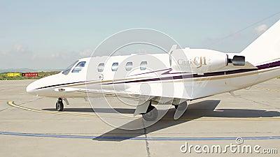 Самолет частного самолета который приземлился на перепад Дуная международного аэропорта