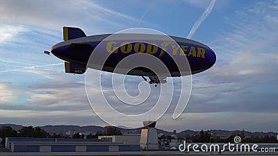 САНТА-МОНИКА, КАЛИФОРНИЯ США - 7-ОЕ ОКТЯБРЯ 2016: Хороший Зеппелин блимпа года летает над авиапортом видеоматериал