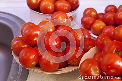 Свежие влажные томаты