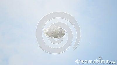 Светлое облако воздушных шаров летая высоко в небесное небо, мечты приходит верно, делает желание сток-видео