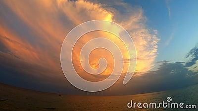 Световой луч светя через cloudscape видеоматериал