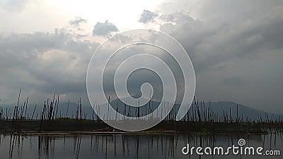 Свет Солнца на небе на озере акции видеоматериалы