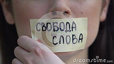 Свобода слова на русском языке на пленке, удаление наклейки на рту, выражение акции видеоматериалы