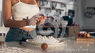 Сексуальная женщина варит на кухне, проломах женщины яичко к тесту, делая тесто, хлебопекарню и хлеб сток-видео