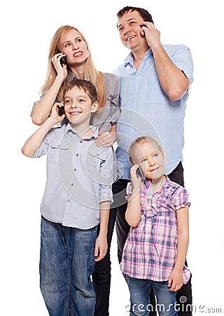 Семья, говоря на телефоне