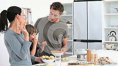 Семья есть овощи пока они подготавливает обед видеоматериал