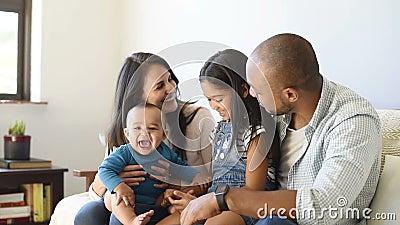 Семья играя с младенцем