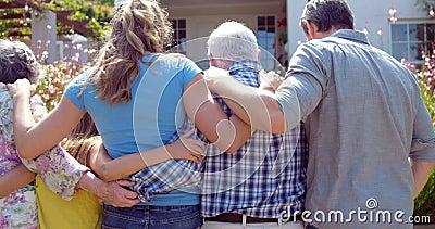 Семья из нескольких поколений идя в сад акции видеоматериалы
