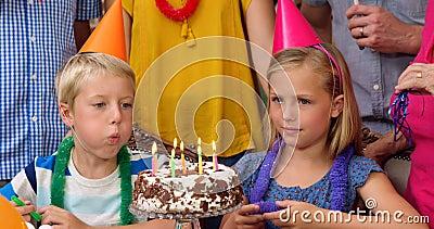 Семья из нескольких поколений празднуя день рождения совместно сток-видео