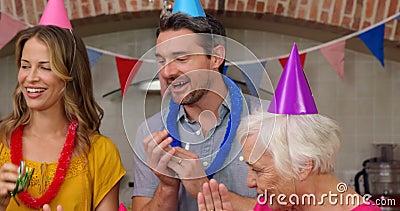Семья из нескольких поколений празднуя день рождения совместно видеоматериал
