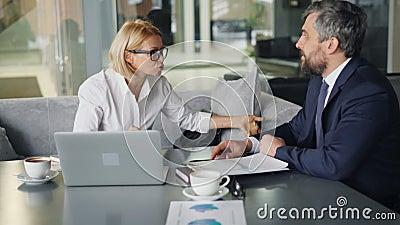 Сердитая коммерсантка споря с деловым партнером в кафе во время бесед видеоматериал