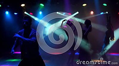 видео парень в ночном клубе