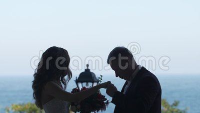 Силуэт Groom пар целуя руку невесты она ` t doesn смотрит везде видеоматериал