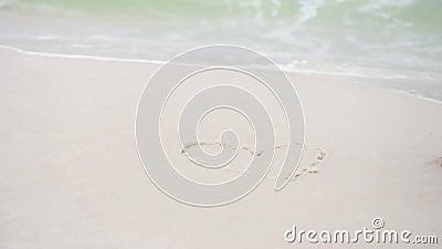 Символ сердца краски руки женщины на песке пляжа Океанские волны в предпосылке пляж florida pensacola видеоматериал