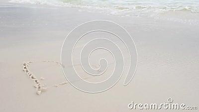 Символ сердца краски руки женщины на песке пляжа пляж florida pensacola сток-видео