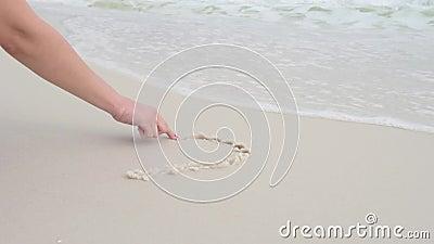 Символ сердца краски руки женщины на песке пляжа пляж florida pensacola видеоматериал