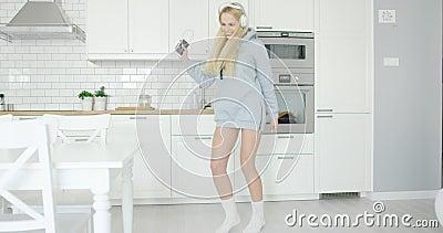 Симпатичная девушка танцуя дома акции видеоматериалы