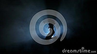Силуэты танцев женщины в ночном клубе медленно акции видеоматериалы
