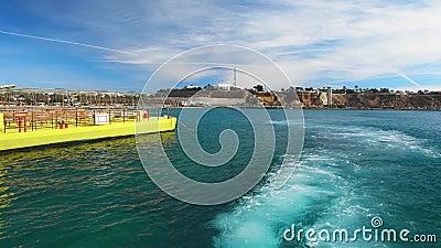 Следовать после прохода яхты или корабля на воде Пена белого моря от двигателя сосуда около желтого цвета акции видеоматериалы