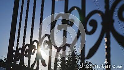 Слепимость Солнця через железный строб сток-видео