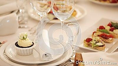 служят таблица Стекла на таблице banqueting зала тарелка dof банкета сфокусировала один ресторан отмелый Очень вкусная еда на таб сток-видео