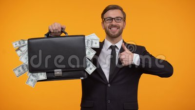 Случай показа человека упакованный с деньгами, подмигивая и делая большим пальцам руки-вверх, займу, кредиту сток-видео