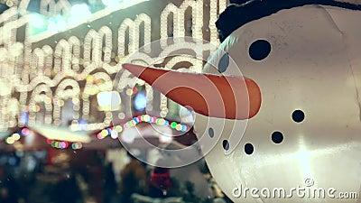 Смешная надутая голова снеговика с запачканными светами на предпосылке видеоматериал