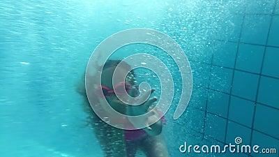 Смешное подныривание девушки подростка в воду в бассейне в гостинице лета видеоматериал