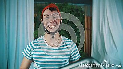 Смешной человек одетый как бородатый карлик поднимает вверх и играет синтезатор акции видеоматериалы