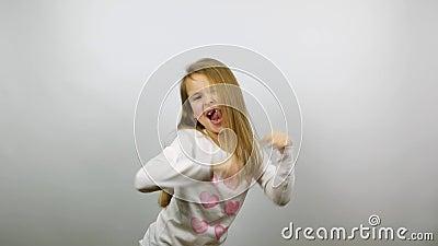 Смешные танцы ребенка Молодая забавная победа ликования девушки видеоматериал