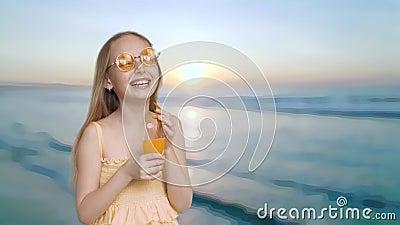 Смеясь удерживание девушки в стекле апельсинового сока рук на предпосылке захода солнца моря Жизнерадостный подросток девушки в ж сток-видео