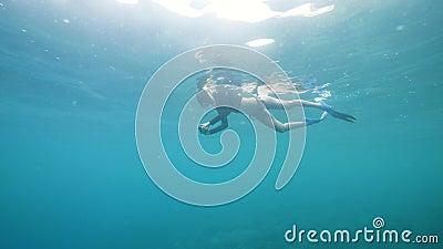 Сноркелинг женщина со смартфоном любит снимать видео подводного мира акции видеоматериалы