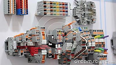 Соединение частей электрической цепи на системной плате акции видеоматериалы