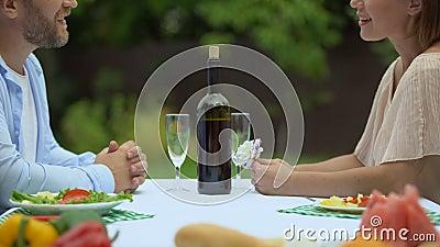 Соедините обедать совместно в загородном доме, flirting друг с другом, романс акции видеоматериалы