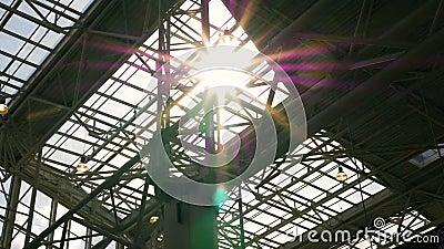 Солнечный луч, свет через стеклянную крышу Конструкции металла акции видеоматериалы